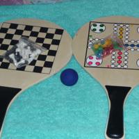 twee houten spel bats (schaken, Mens erger je niet, bal)