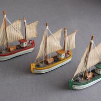 Houten zeilbootjes voor decoratie
