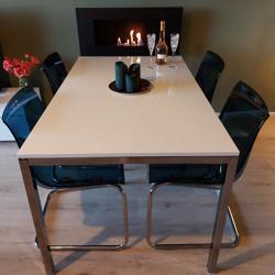 Z.g.a.n. hoogglans witte tafel met chromen onderstel