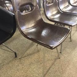 Groot aantal leren stoelen met stalen frame