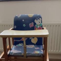 Houten kinderstoel met tafeltje
