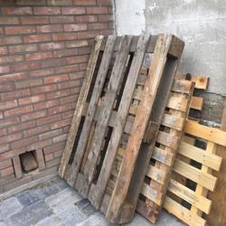 Vier houten pallets, verschillende maten