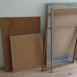 Fotolijsten, karton en gebroken glas