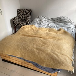 Simpel houten bed met lades