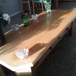 Wegens nieuwe aankoop over een blank eiken eethoek met 4 stoelen en een blank eiken salontafel met twee lades.