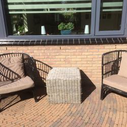 2 Rieten tuinstoel met tafeltje inclusief dikke grijze kusse