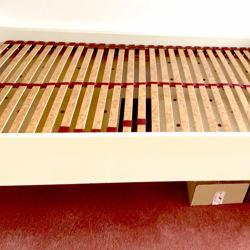 Eenpersoons bed 90x200. 67 cm hoogte