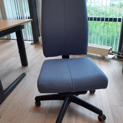 Lichtblauwe bureaustoel zonder armleuningen