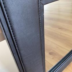 Vierkante spiegel met zwarte leerachtige stof