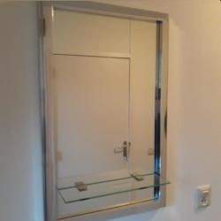 Zilverkleurige spiegel met plan het.