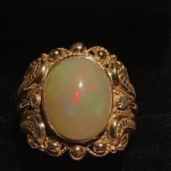 18 karaat gouden ring met een opaal en diamant
