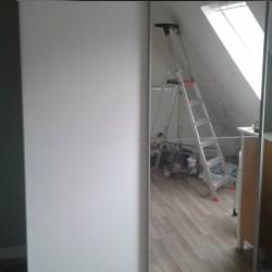 Witte kledingkast met spiegeldeur