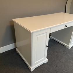 2 leuke bureau 's wit/crème met kastjes en lade