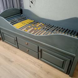 1 persoons massief houten bed met onderkast