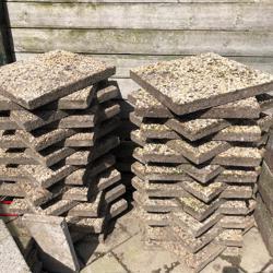 te koop aangeboden grind tegels