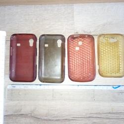 Diverse telefoonhoesjes.  Breedte: allen 6 cm Lengte: gele 10,5 cm, roze 11 cm, grijze en rode 11,5 cm.