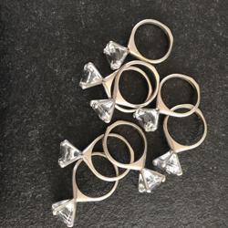 Servetringen met glazen diamanten