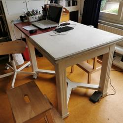 Tafel gebruikt als bureau