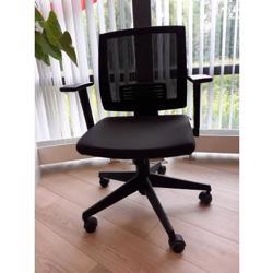 Zwarte bureaustoel in hoogte verstelbaar.