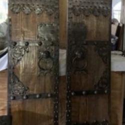 Antieke deuren met metalen ornementen