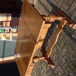 zware houten buro met 2 laden