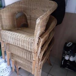 4 rotan stoelen met grijze kussens
