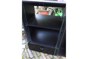 Zwarte tv kast met glazen deuren en veel bergruimte