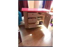 Fijne en praktische (roze/grijze) commode voor op de baby/kinderkamer