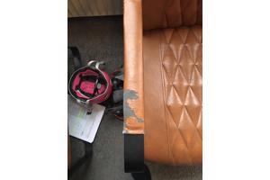 2 fauteuils met beschadigingen in cognackleur