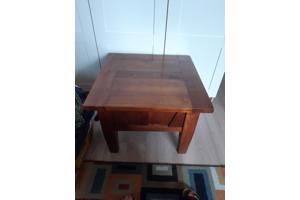 Klein massief houten tafel, 60 bij 60 cm. Hoogte is 45 cm