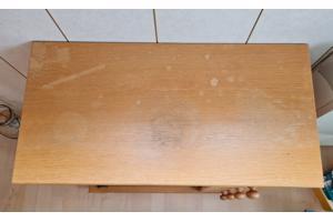 Kastje met glazen deurtjes en vier laadjes