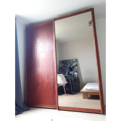 Grote houten linnenkast met grote spiegel