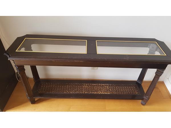 Brocante: side table met glazen inzet en rotan onder plank