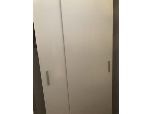 Witte kledingkast met schuifdeuren