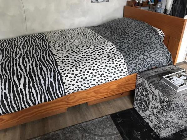 1 persoons bed 90x200 incl. Tempur matras en nachtkastje