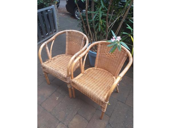 Twee rotan stoelen