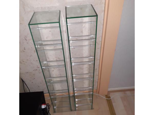 Glazen cd-rekken en glazen bijzettafel