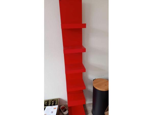 Rood lang kastje 200 cm hoog 30 cm breed en 30 cm diep