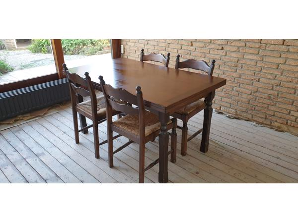 Uitschuifbare eettafel met 4 stoelen.